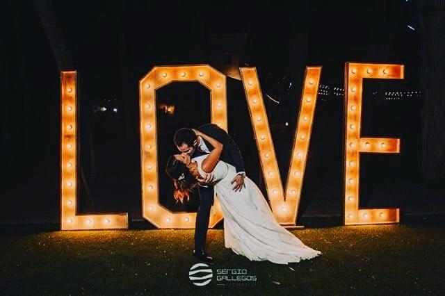 novios con letras de love boda en alicante