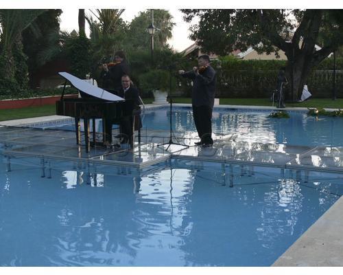 concierto en medio de una piscina en españa